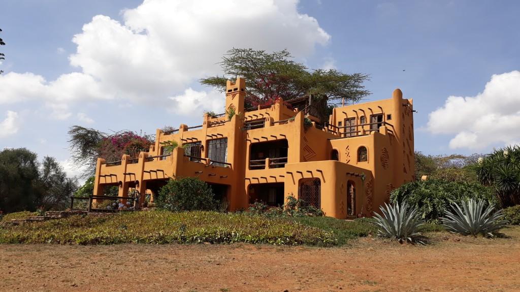 Une maison avec une large façade colorée.